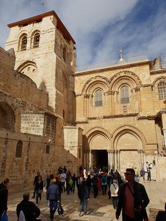 Die Grabeskirche mit dem einseitg zugemauerten Portal