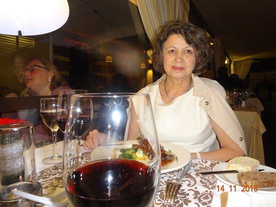 Restaurante Do Forte: Замечательный ракурс жены за столом