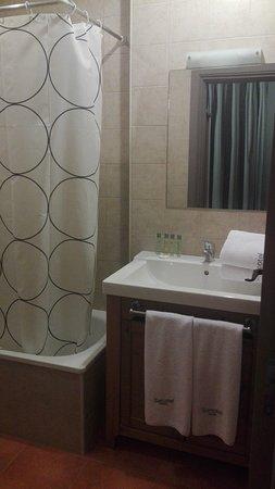 Sercotel Villa Engracia Rural Hotel and Apartments: Baño de una de las habitaciones del apartamento