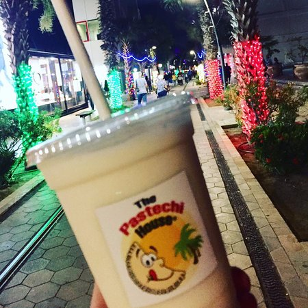 The Pastechi House: Even at night you can enjoy the lights and sip on a BATIDO (natural shake) or our SMOOTHIE!