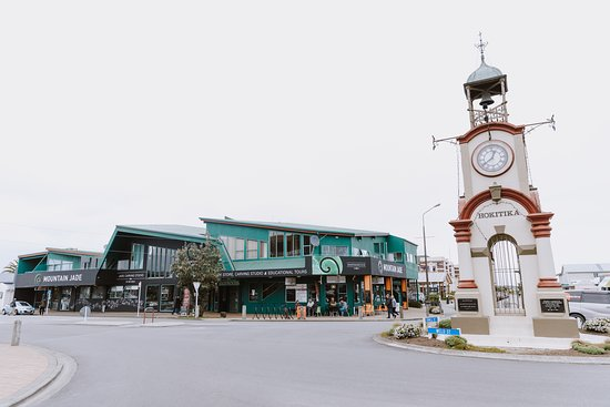 Hokitika, Neuseeland: We are the big green building next to the clock tower!