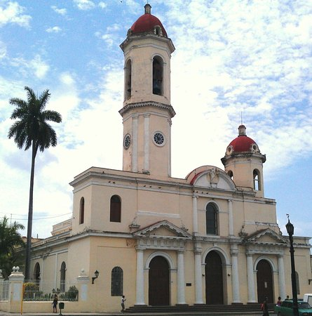 Куба: Cienfuegos Cathedral buit in 1869, just in the main Jose Marti Square Tomas Terry Theater one of the few italian Styles architecrute.