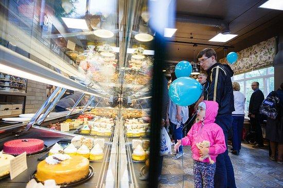 """Новая """"Лавита"""" - это пекарня с ремесленным хлебом. Мы используем только натуральные продукты и живые закваски. Мы выпекаем хлеб на подовом камне, поэтому он полезен - улучшает пищеварение, уменьшает уровень сахара и богат микроэлементами. Мы используем европейские рецепты и шеф-пекарь из Германии Виктор Майнцер контролирует вместе с нами качество хлеба. Мы работаем на печах Debag, единственных на Дальнем Востоке."""