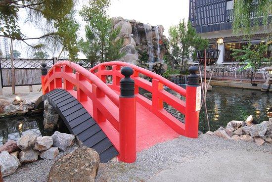 真っ赤な太鼓橋は、とても写真映えますのぜひ写真を撮ってみてください。