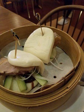 Pinot Duck: 北京填鴨荷葉包($68)用竹籠上,鴨肉很厚很扎實,夾著青瓜條、京葱絲和填鴨醬,荷葉包很有彈性,鬆軟好吃,簡單又惹味。