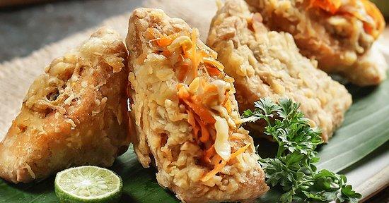 Tahu Berontak Isinya sayuran dan sambal kecap lokal, teksturnya melekat dan lengket di pikiran orang Indonesia.