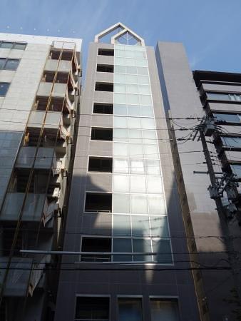 JR新大阪駅、地下鉄御堂筋線 西中島南方駅 至近。 三角の屋根が特徴的な「新大阪大日ビル」の4階です。