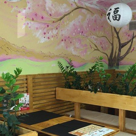 уютный суши-бар на 3 столика, есть скидка на сеты 50% в обеденное время.