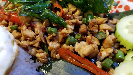 Pui's Thai Tapas: Detalle del pollo del Pad Kra Pao + Kai Dao