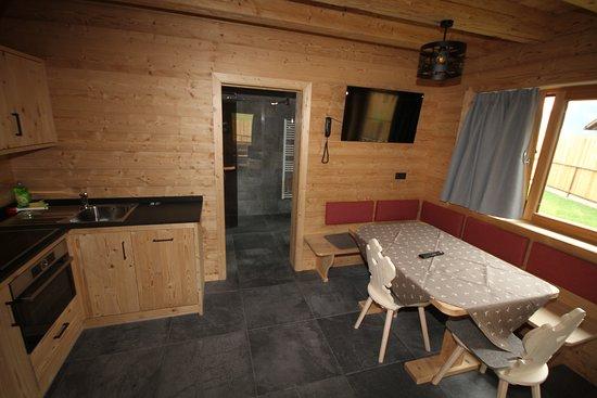 Vernago, Italy: Küche und Wohnzimmer - Cucina e soggiorno - Kitchen and lounge