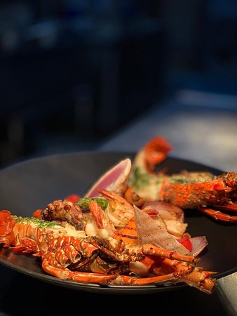 74 Restaurant: Mix de frutos do mar: Lasgosta, Camarão, Lula, Peixe e Polvo e Vegetais Grelhados na Manteiga de Cítricos.