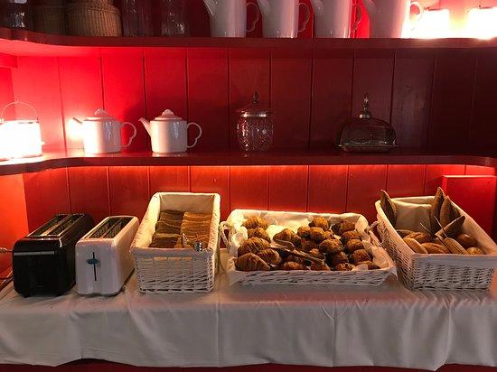 DESAYUNO Buffet libre internacional con zumos, infusiones, fruta, yogur, mermeladas, embutidos, pan, croissants, madalenas...