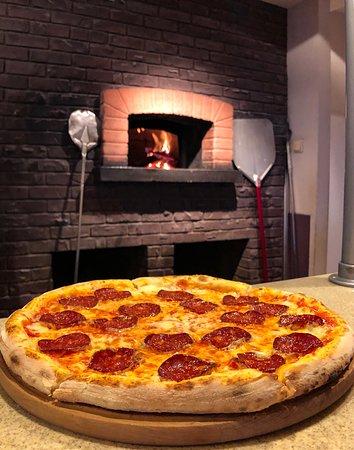 Пицца — уникальное итальянское блюдо, которому посчастливилось стать популярным во всех уголках земного шара !