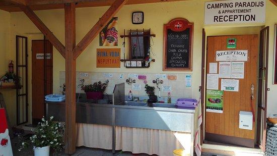 Camping Paradijs: Terasa, vstup do recepce, dřezy na mytí nádobí