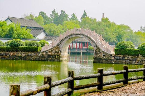 中国安徽省舒城县,飞霞公园.  A arching walking bridge at Feixia Park in central Shucheng, Anhui Province, China.