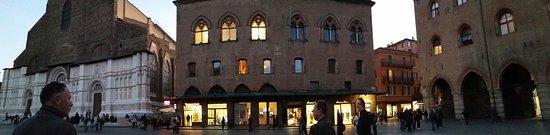 Piazza Maggiore: La magia della piazza nell'ora dolce dell'imbrunire