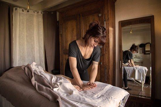 Le massage Abhyanga, issu de la médecine Ayurvédique, est un massage du corps complet à l'huile ayurvédique tiède. Il est harmonisant, revitalisant et rééquilibrant. Aux techniques dynamiques et précises, il apporte tous ces bienfaits au corps et à l'esprit.