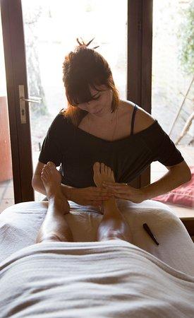 Le pied étant la zone du corps la plus réceptive au soin, le massage thaïlandais des pieds est une source de bien-être et de guérison naturelle. Soin antistress et bienfaits pour l'ensemble de notre organisme.