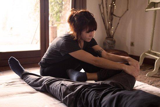 Traditionnel et ancestral, la massage thaïlandais manipule le corps tout entier par des techniques d'acupression et d'étirements pour une relaxation optimale, un retour à l'équilibre et une circulation mieux régulée du sang.