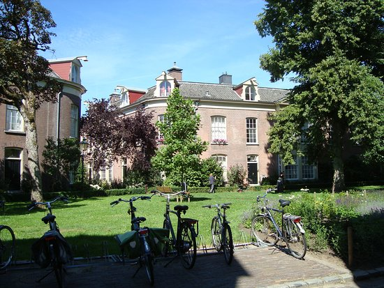 Oude Bornhof (+ Poort Bornhof): bikes of the local people inside the complex