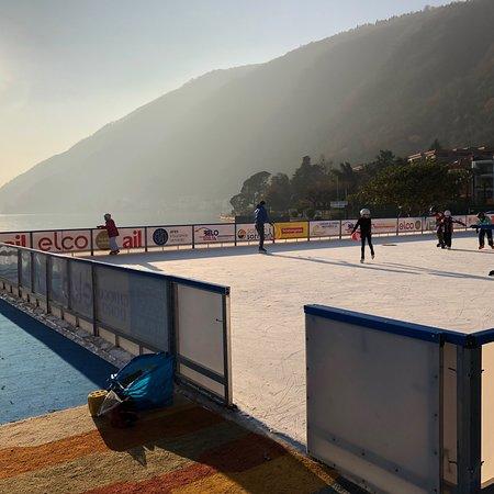Melide, Schweiz: Schöner Wintergarten, neben dran noch die Kunsteisbahn