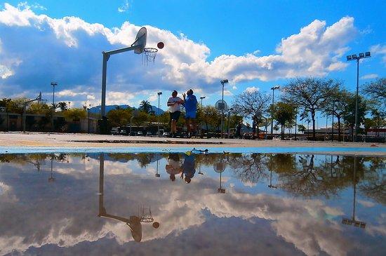 Parque Juan Carlos I: Jugando al baloncesto