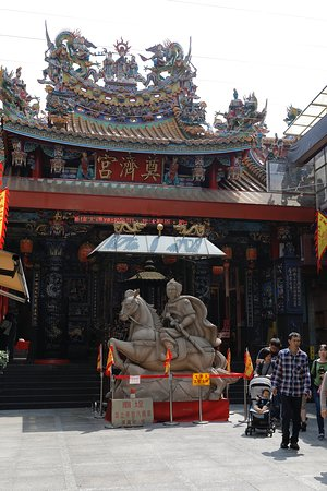 Dianji Temple is located in the middle of the night market.