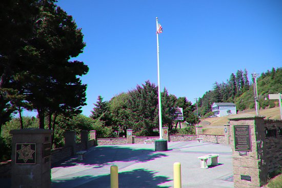 Gold Beach, OR: The flag at the middle