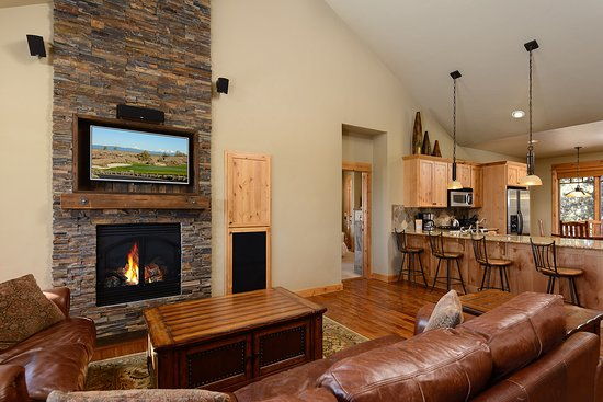 Powell Butte, OR: One Story, Two Bedroom Cabin Living Room