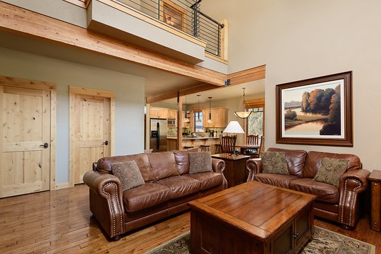 Powell Butte, OR: Two Story, Two Bedroom Cabin Living Room