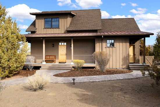 Powell Butte, OR: Two Story, Two Bedroom Cabin Exterior