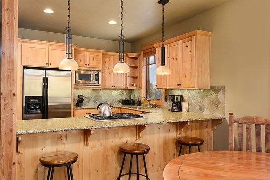 Powell Butte, OR: Two Story, Two Bedroom Cabin Kitchen