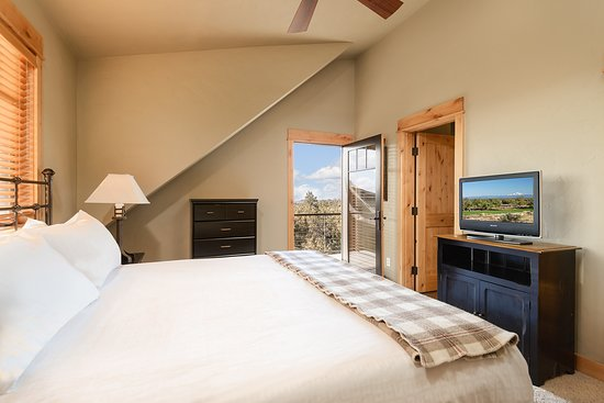 Powell Butte, OR: Two Story, Two Bedroom Cabin Master Bedroom