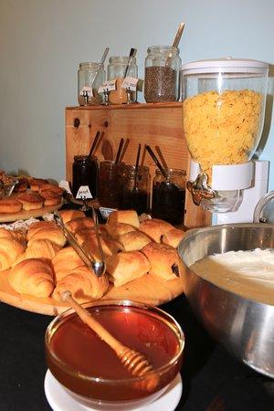 Mika Villas Apartments& Studios: Breakfast Buffet- Cretan thyme honey and other superfoods