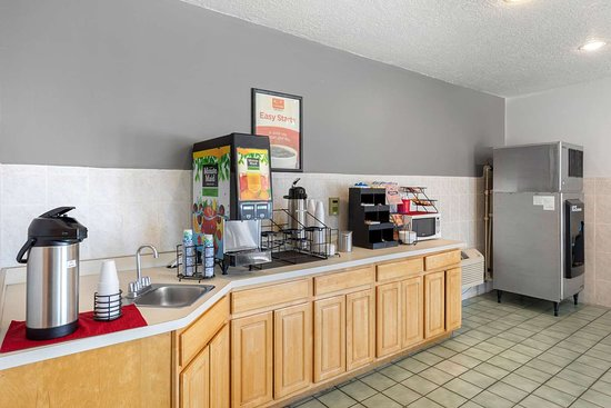 Econo Lodge Inn & Suites: Breakfast counter
