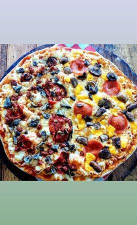 Pizza  artesanal armada por el cliente.
