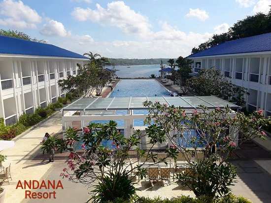 Andana Resort: Resort's swimming pool with the sea in the background