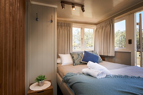 Murray River Paddlesteamers - PS Emmylou: Emmylou Suite Queen Bed
