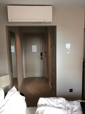 Porta de entrada do quarto.