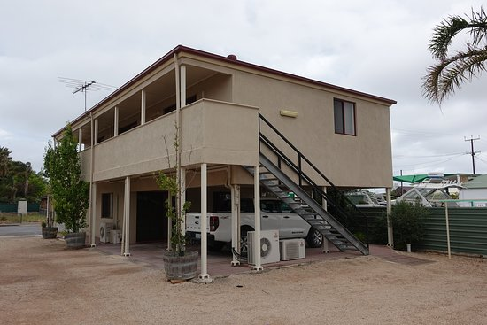 Port Vincent Motel & Apartments: Stairs of Upstairs Motel rooms and King studio apartment