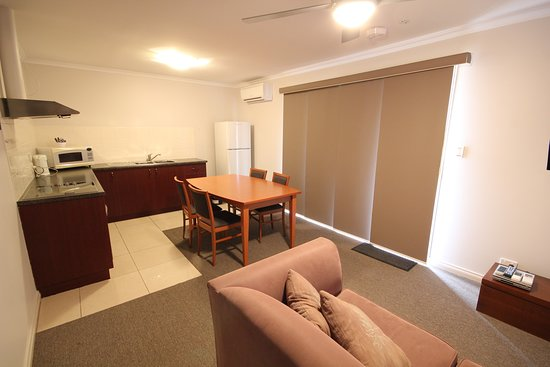 Port Vincent Motel & Apartments: King studio apartment living area
