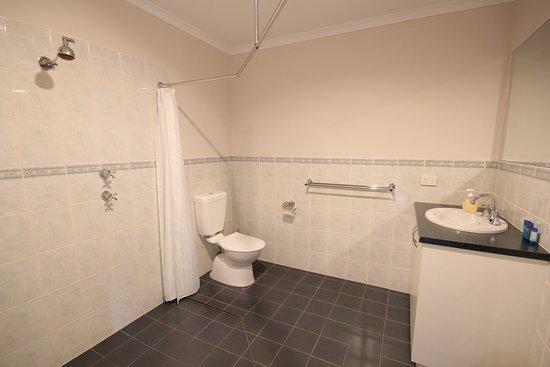 Port Vincent Motel & Apartments: Upstairs Motel room 12 bathroom