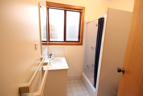 Port Vincent Motel & Apartments: Standard apartment main bathroom