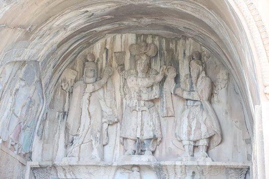 Die Krönungszeremonie des sassanidischen Königs Chosrau (خسرو) II. Große Grotte, oberer Teil.
