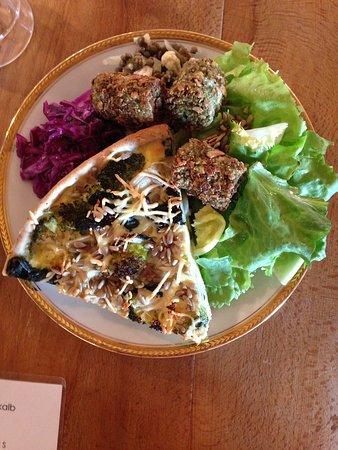 Assiette de crudités, quiche au légumes et croquettes de pois cassés.