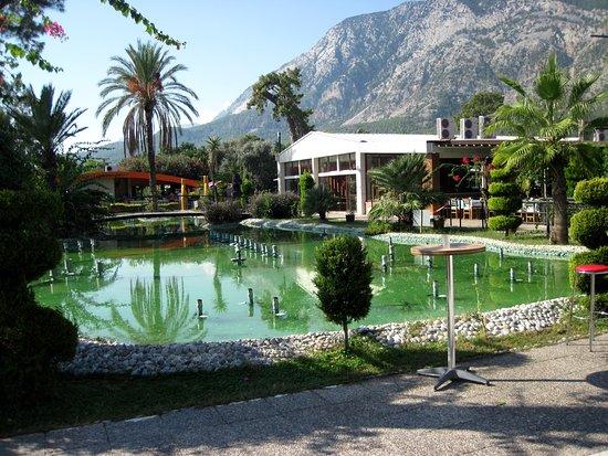Beldibi Hotel: Искусственный водоём в центральной части приморской территории