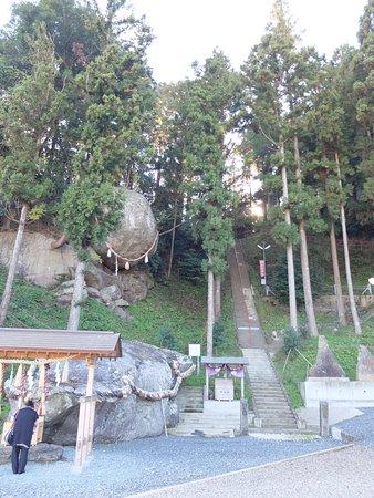 神社の拝殿は階段の上にあります。階段の途中に津波到達点の案内があり、ここまで水が来たかと思うと恐ろしいです。