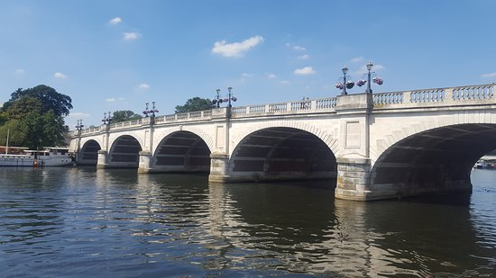 Kingston Tour Guides: Kingston Bridge, originally built in 1828 to replace the old wooden bridge. Widened in 1914 and