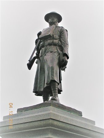 Пулхели, UK: Soldier Statue on top of Pwllheli War Memorial