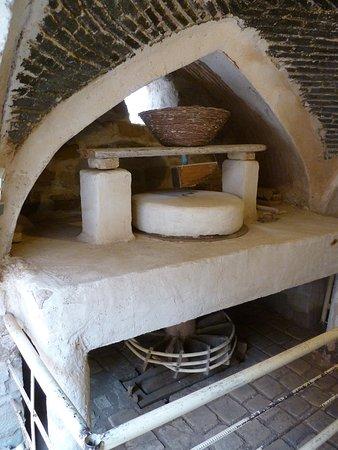 Modell einer Mühle. Unten das horizontale Wasserrad